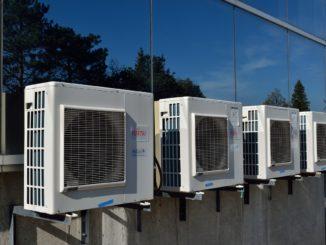 Klimaanlage an Gebäudefassade
